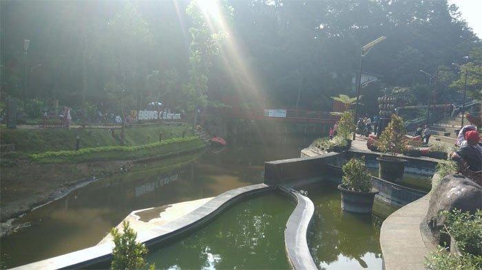 Kolam dan jembatan merah di Teras Cikapundung, Jalan Siliwangi, Kota Bandung