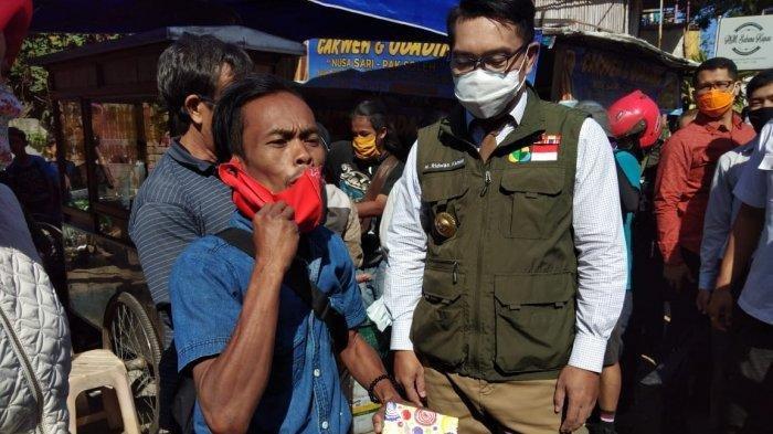 Ade Londok (kiri) saat diberi ponsel oleh Gubernur Jabar, Ridwan Kamil.