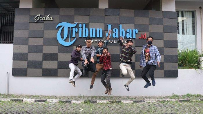 Band Berenyit Lembur saat berkunjung ke Tribun Jabar, Jumat (2/4/2021).