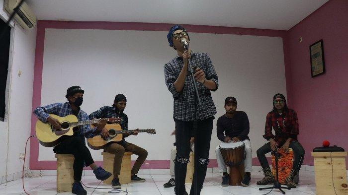 Band Berenyit Lembur saat berkunjung ke Tribun Jabar dan tampil di acara Kimi Show, Jumat (2/4/2021).