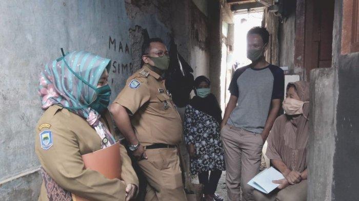 Camat Astanaanyar, Syukur Sabar (kedua dari kiri), mendatangi warganya yang tak memperoleh bantuan sosial dari pemerintah awal September lalu