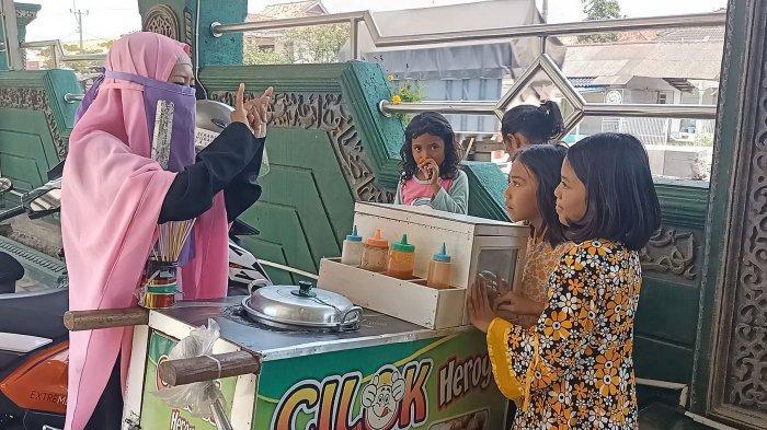 Gadis Penjual Cilok yang Bercadar di Indramayu Ini Gemar Mengajar dan Ingin Melanjutkan Kuliah