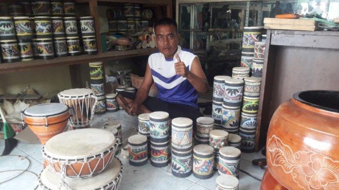 Dede Komarudin, perajin beragam alat musik dari limbah di  Desa Cipacing, Kecamatan Jatinangor, Kabupaten Sumedang