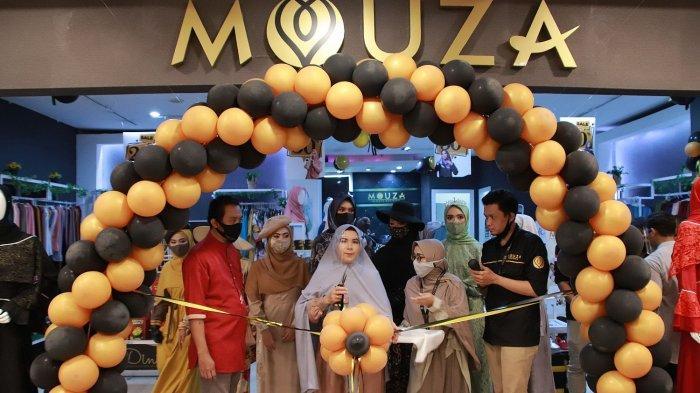 Dini Fitriyah (tengah) pemilik Mouza menggunting pita meresmikan gerai Mouza di Miko Mall, Bandung