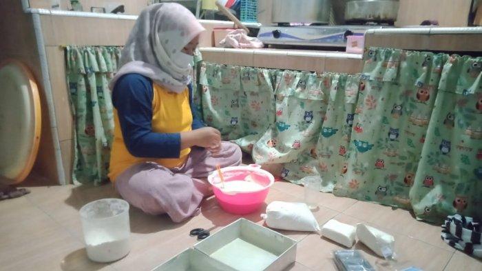 Diana Mardiana sedang membuat kue di Desa Sindangwangi, Kecamatan Padaherang, Kabupaten Pangandaran