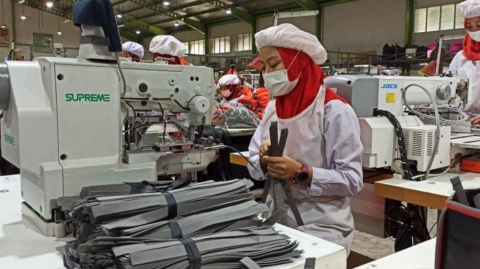 Pegawai pabrik PT Eksonido Multiproduct Industry yang sedang menjahit produk Eiger