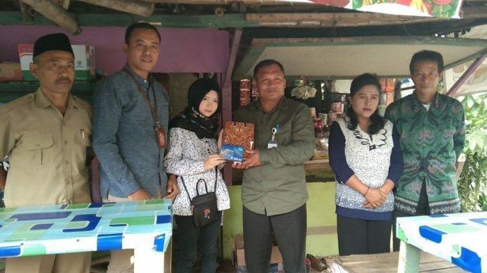 Feby Ayu Arianti (17), gadis belia penjaga warung kopi di Kampung Cirendeuy, Desa Bojongjengkol, Kecamatan Jampang Tengah, Kabupaten Sukabumi jago berbahasa Inggris dan melukis viral di media sosial.