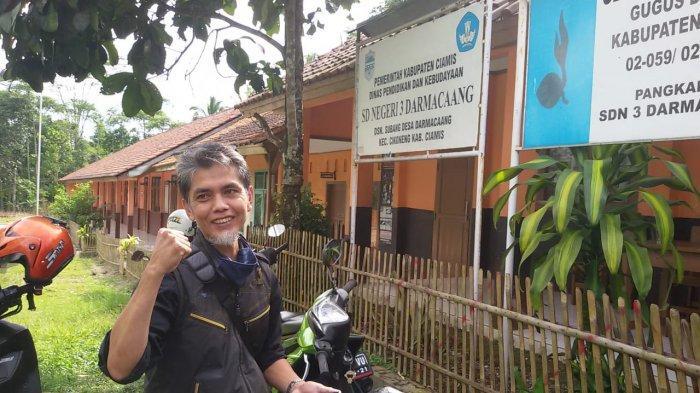 Setiap Pekan Dodo Berjalan Kaki ke Kampung Terpencil Mendatangi Muridnya yang Tak Punya Ponsel