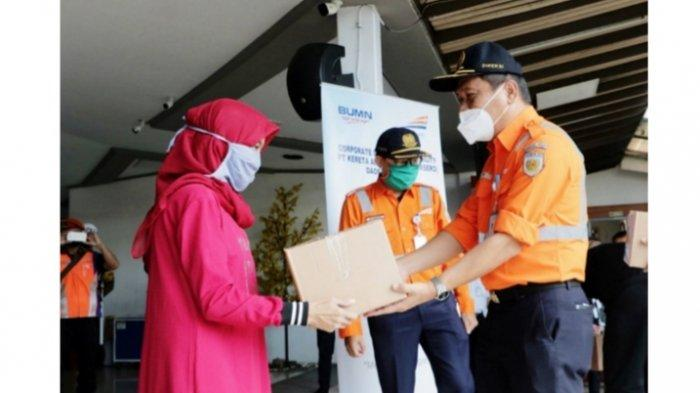 KAI Salurkan 10 Ribu Paket Sembako Senilai Total Rp 1 Miliar di 15 Wilayah Kerja KAI Jawa-Sumatera