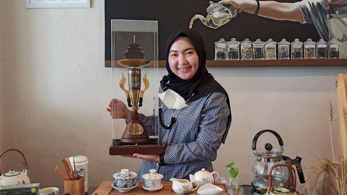 Mei Ping Chandra Raih Piala Bergilir Tea Educator, Mendidik Masyarakat Cara Menyeduh Teh yang Baik