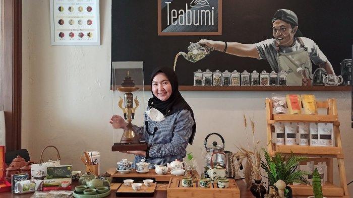 Mei Ping Chandra meraih piala bergilir sebagai pendidik teh (teh educator) dari Pusat Peneliitian Teh dan Kina