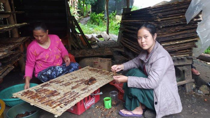 Neng Sonia, mahasiswi Universitas Suryakancana yang menjadi perajin dan penjual sale pisang. Ia tinggal di Kampung Cibadak, Desa Cibadak, Kecamatan Cibeber, Kabupaten Cianjur.
