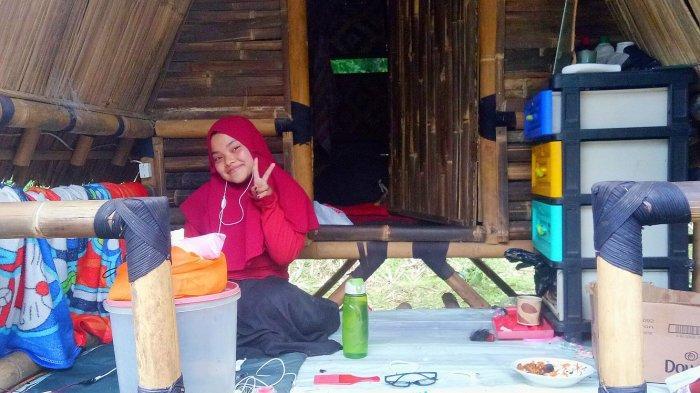 Gadis yang Tinggal di Hutan Kaki Gunung Tangkuban Parahu Ini Bertekad Kuliah di Perguruan Tinggi