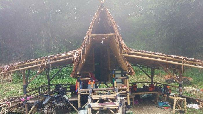 Oktaviani Nusalamah yang tinggal di kaki gunung Tangkubanparahu, Desa Ciater, Kecamatan Ciater, Kabupaten Subang