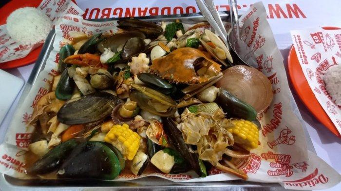 Paket combo saus Padang yang menjadi menu andalan Seafood Kiloan Bang Bopak.