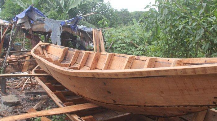 Pembuatan  perahu di Cikarees  Kelurahan Baleendah, Kecamatan Baleendah, Kabupaten Bandung.
