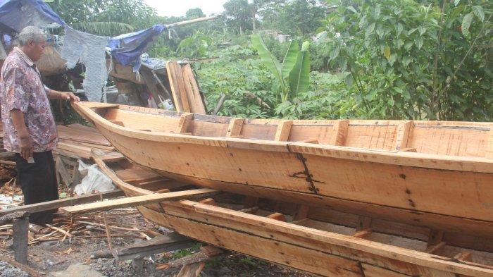 Abah Karun mengawasi pembuatan  perahu di Cikarees  Kelurahan Baleendah, Kecamatan Baleendah, Kabupaten Bandung.