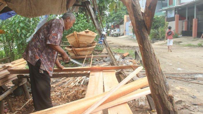 Pesanan Perahu Melimpah Saat Banjir, Karun & Salim Gantungkan Hidupnya dari Citarum