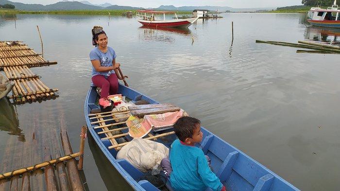 Empat Ibu Muda ini Mendayung dari Subuh Hingga Menjelang Sore, Mengais Rezeki dari para Pemancing