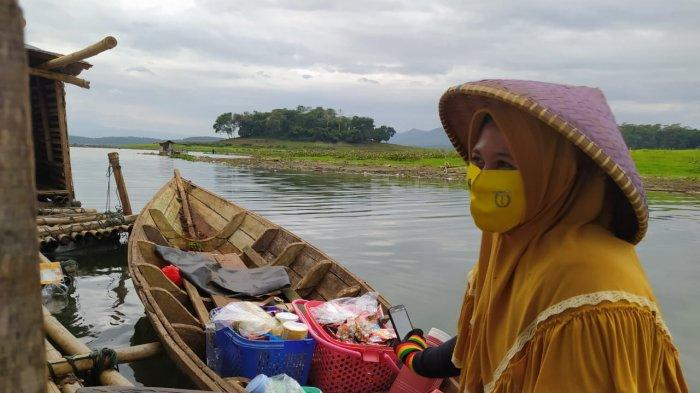 Yayah, Ibu muda penjual kopi keliling di atas perahu di Danau Jangari, Cianjur