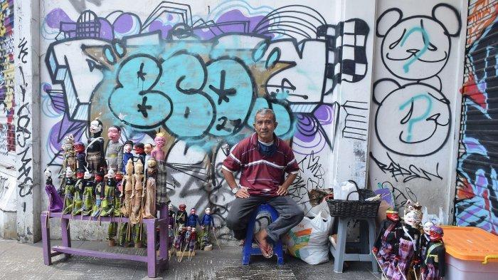 Ramdan Kosasih, penjual dan perajin wayang golek di Braga Bandung