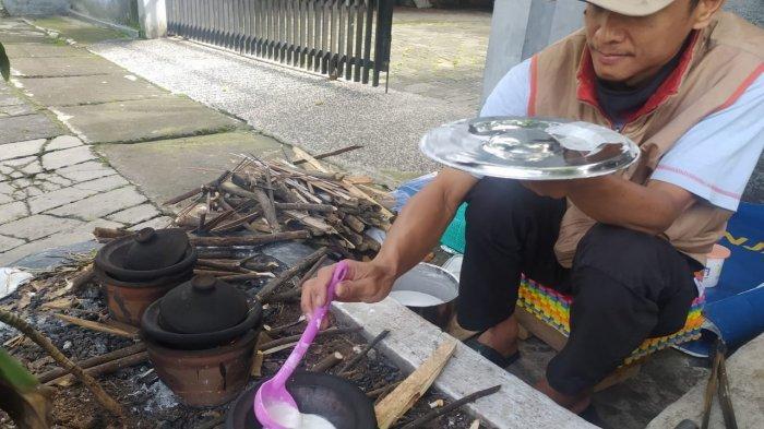 Yani Aswin Menjual Serabi Seikhlasnya di Depan Rumahnya