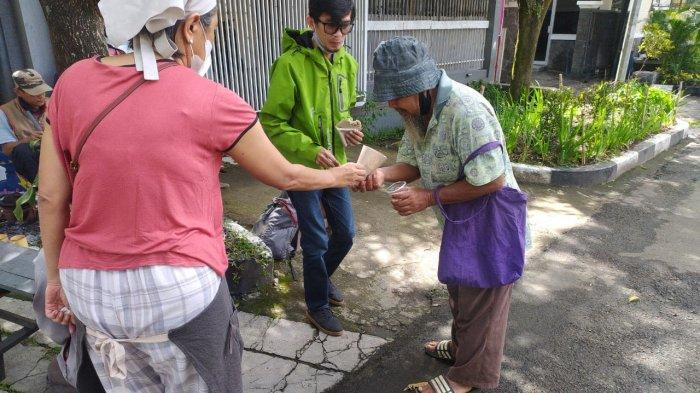 Serabi seikhlasnya di Jalan Bangusrangin Nomor 16, Kecamatan Coblong, Kota Bandung diberikan kepada yang membutuhkan.