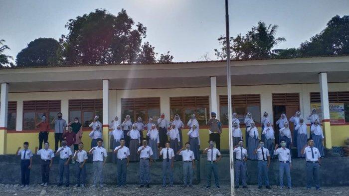 SMK Bhayangkara berfoto bersama di Kampung Pamugaran, Desa Cisolok, Kecamatan Cisolok, Kabupaten Sukabumi
