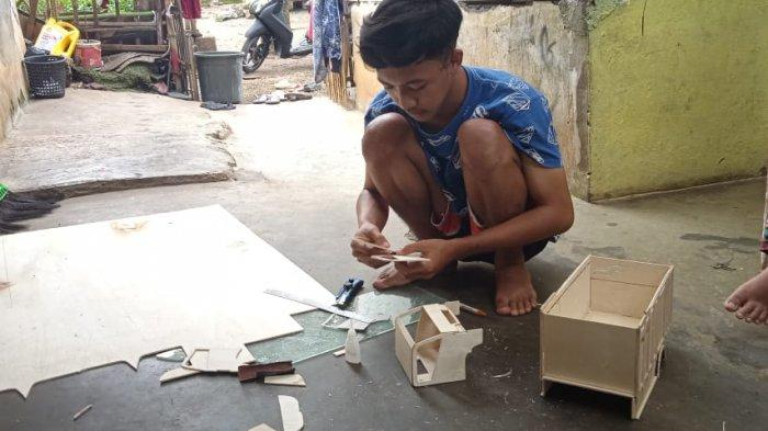 Syamsul Rahman membuat miniatur truk di kediamannya, Bojong Gedang, Desa Maripari, Kecamatan Sukawening, Kabupaten Garut.