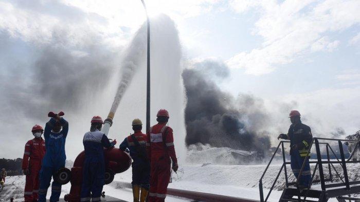 Petugas saat memadamkan api menggunakan alat Terminator Canon Foam atau meriam pelontar busa di PT Pertamina RU VI Balongan