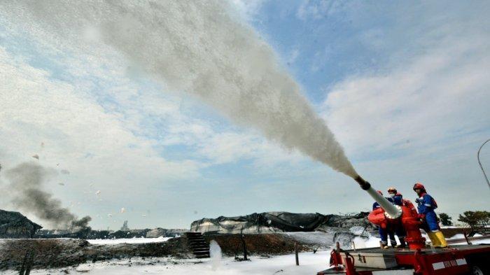 Pertamina Andalkan Meriam Pelontar Busa untuk Padamkan Api di Kilang Minyak Balongan, Indramayu