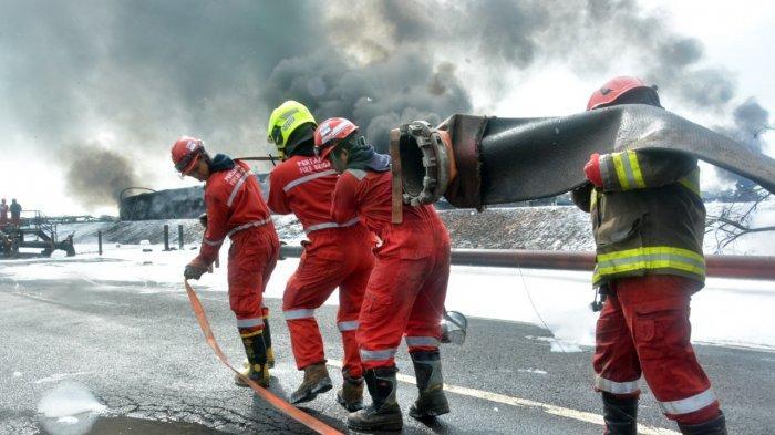 Petugas saat memadamkan api kilang minyak Balongan Indramayu dengan menggunakan alat Terminator Canon Foam atau meriam pelontar busa