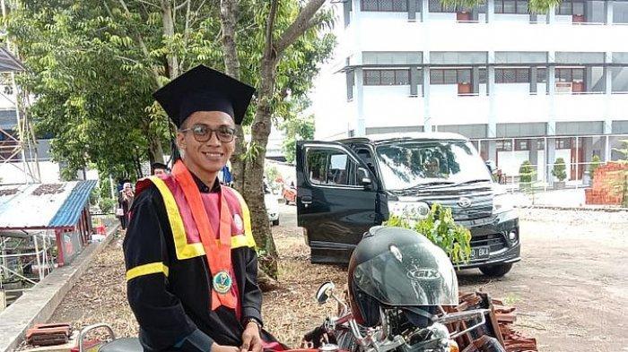 Sejak Kelas 4 SD Menjadi Juru Parkir, Zulfahmi Raih Gelar Sarjana dengan IPK Memuaskan