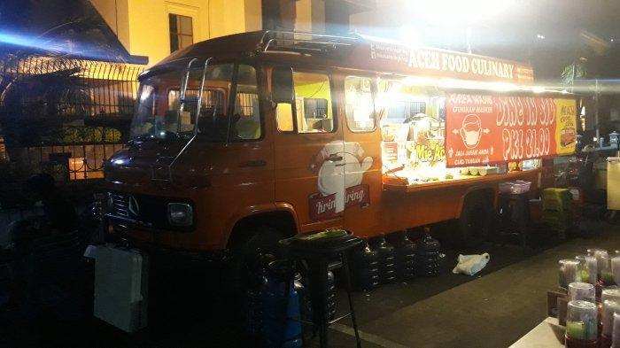 Penampakan Bus Mercy 508D Tahun 1984 yang disulap menjadi dapur ala konsep Foodtruck di Jalan Dr Saharjo, Menteng Dalam, Tebet, Jakarta Selatan pada Senin (21/12/2020).