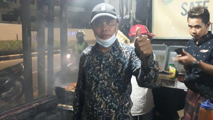 Sosok penerus usaha sate ayam RSPP, Muri (50) ditemui di warungnya pada Senin (5/10/2020).