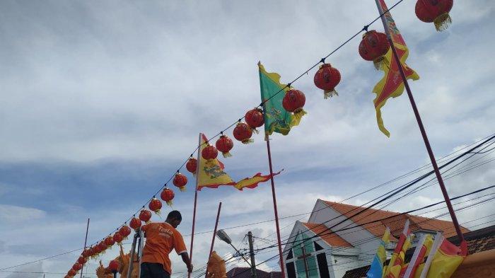 Kelenteng Leng Chun Keng Bersiap Menyambut Imlek - pemasangan-bendera-untuk-persiapan-imlek-di-kelenteng-leng-chun-keng.jpg