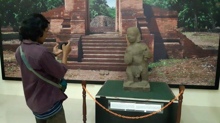 Melihat Bukti Sejarah di Museum Candi Muara Jambi - pengunjung-museum-candi-muara-jambi-memotret-koleksi.jpg