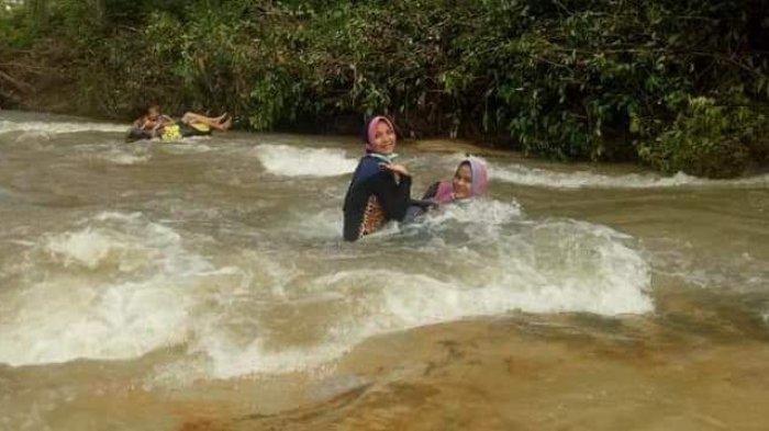 Asyik bermain di Sungai Napal.