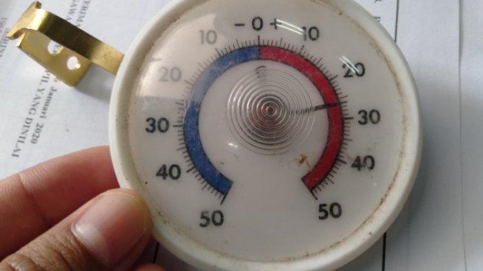 Alat pengatur suhu yang akan dimasukan ke cool box pendistribusian vaksin Covid-19.