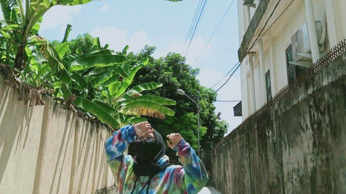 Aqila saat dipoto di gang pemukiman warga di Kecamatan Jambi Selatan, Kota Jambi