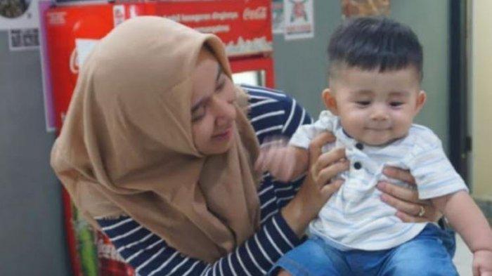 Azizah Syafiq Almuhdhar dan putra pertamanya, Zayd Alwi Assegaf.