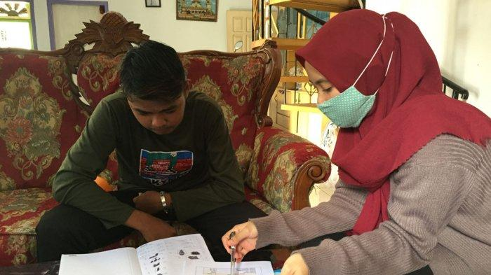 Haniva Pratami Nurapriliani melakukan home visit ke rumah siswa tunagrahita kelas 9 SLB Sri Soedewi.