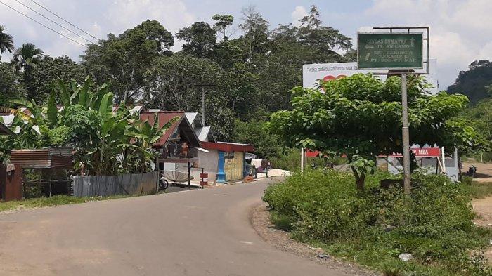Jalan Lintas Sumatera yang melintasi Dusun Rantau Keloyang ini sudah ada sejak zaman kolonial Belanda.