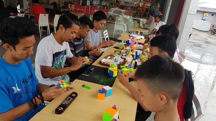 Berbagi Trik saat Komunitas Rubik Jambi Berkumpul, Selain Otak Ternyata Ada Rumusnya