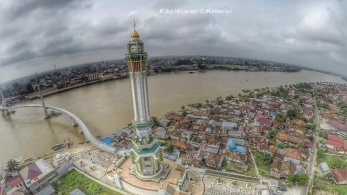 Menara Gentala Arasy dan Sungai Batanghari dilihat dari ketinggian