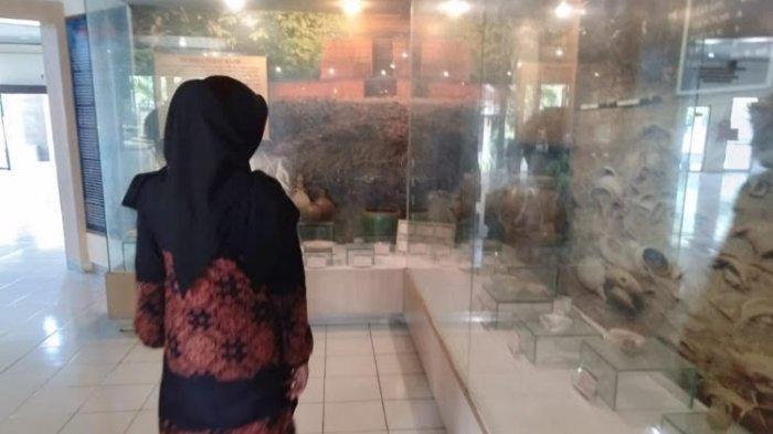 Pengunjung melihat koleksi di Museum Siginjai Jambi