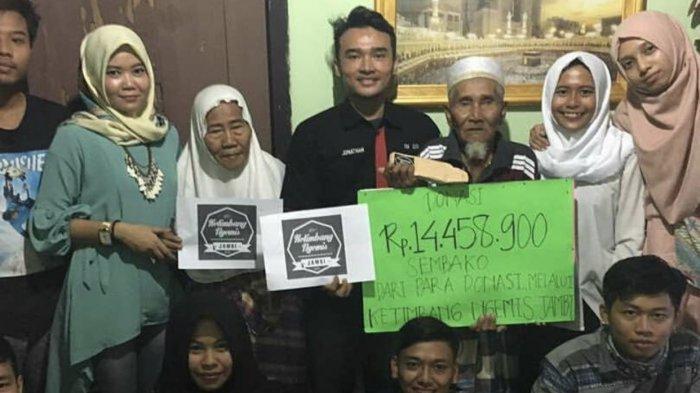 Anggota komunitas Ketimbang Ngemis Jambi saat memberikan donasi dari masyarakat kepada sosok mulia di Kota Jambi.