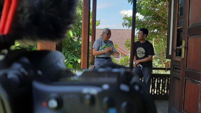 Koordinator Liputan Tribun Jambi Suang Sitanggang saat berbincang dengan Direktur KKI Warsi, Rudi Syaf