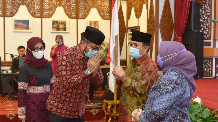 Sekda Provinsi Jambi Sudirman (kanan) memberi salam ke Fachrori Umar dan istri saat malam purna bakti Gubernur Jambi Sisa Masa Jabatan 2016 – 2021, Rabu (10/2/2021) malam.