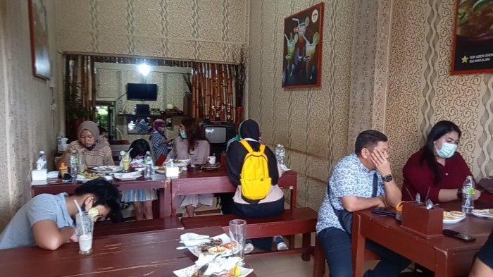 Pengunjung di warung D'jes wong Cirebon